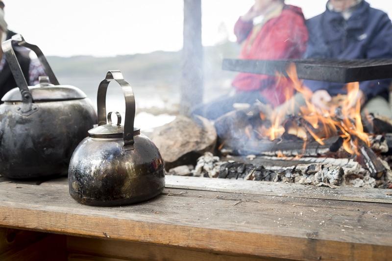 Kaffepanna vid eldstaden.
